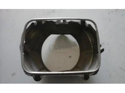 Isuzu KBD 26 - Suporte de farol direito (IKI)