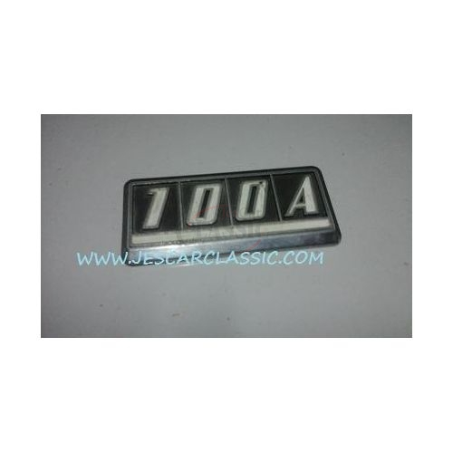 Nissan 100A - Emblema traseiro